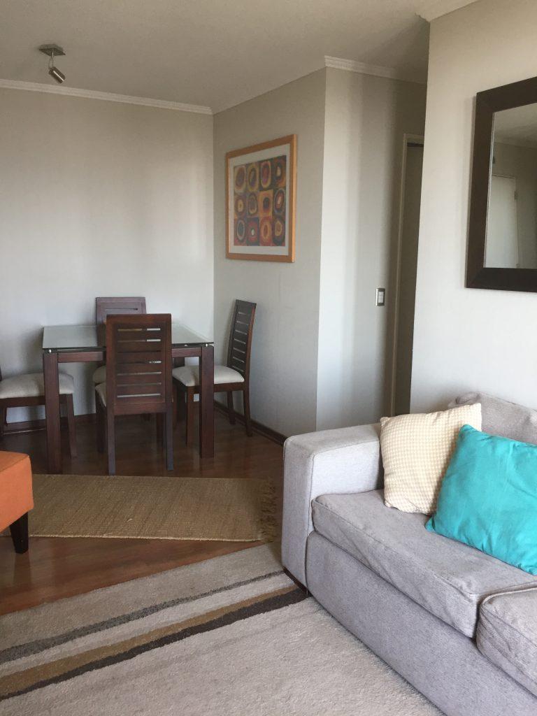 Sofá y comedor en arriendo departamento Concepción Lomas de San Sebastián 2 dormitorios